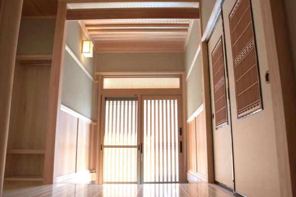 <b>玄関</b><br /> 心が和む優しい色調の玄関。
