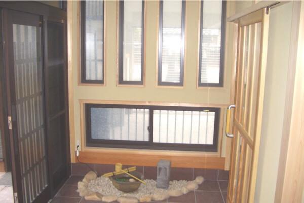<b>玄関</b><br /> コンパクトな玄関ながら、小さな坪庭を設けてお客様を楽しませる演出を。