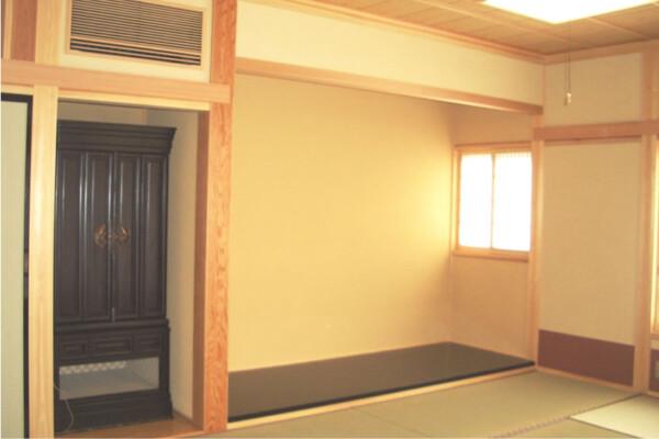 <b>客間 和室10帖</b><br /> 大きな掛け軸が掛けられるようにしたいとの施主様のご要望で、約3m間口の床の間としました。