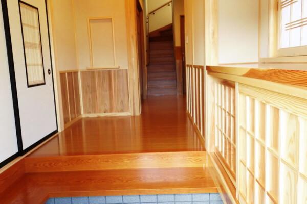 <b>玄関</b><br /> 木の温もりが溢れる上品な玄関