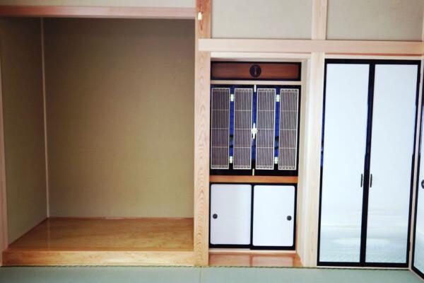 <b>和室</b><br /> 奥行のある床の間は、飾るものを選びません。仏壇は造り付にし、美しく収めました。
