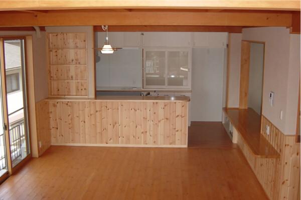 <b>キッチン</b><br /> パインの無垢材をふんだんに使った家族がくつろげるオープンスペース