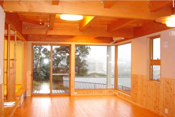 <b>リビング</b><br /> 木造軸組工法だからできる大きな開口部。自然の光を取入れて、家族が安らげる空間を演出。
