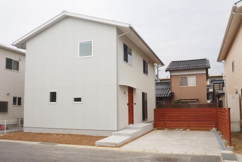 白壁が優しい印象を与える洋風住宅。