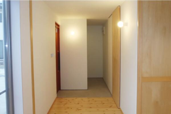 <b>玄関</b><br /> フラットな床がお洒落な玄関。