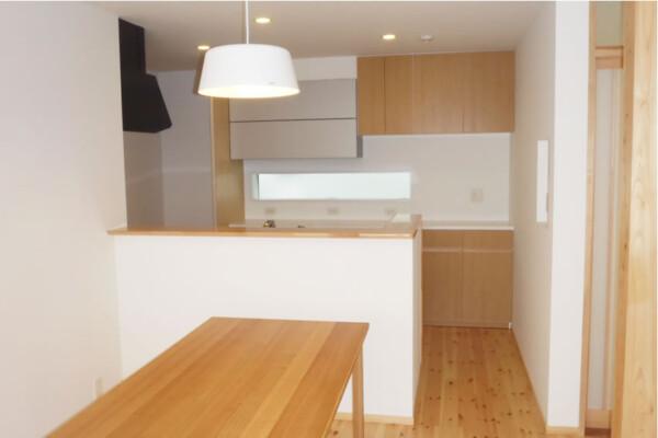 <b>ダイニングキッチン</b><br /> 吹抜けのある明るいダイニングキッチン。ママを気づかい、キッチン床にも床暖房を設置。
