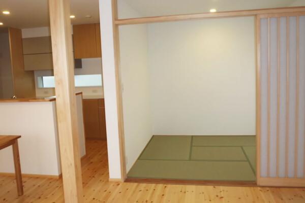<b>和室</b><br /> リビングとの続き間に、段差のないシンプルな和室を設けました。