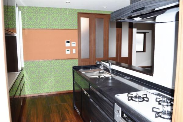 <b>キッチン</b><br /> グリーンの壁紙がおしゃれなキッチン。真ん中のボードには、ご家族の予定を貼ったり、お子様の描かれた絵などを飾るのに便利。