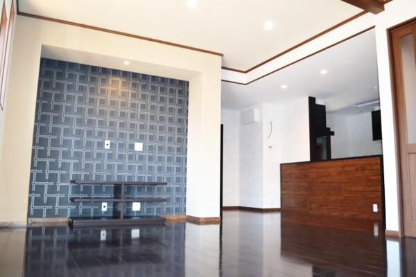 <b>リビング</b><br /> 大型テレビを壁面に取り付けられるよう、テレビコーナーを設置。ご家族でいつでもホームシアターが楽しめます。